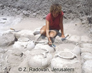 219-1 Excavating pottery