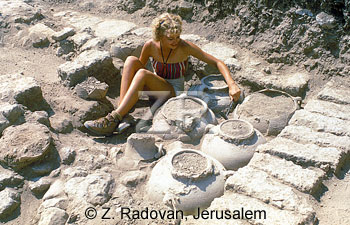 219-2 Excavating pottery