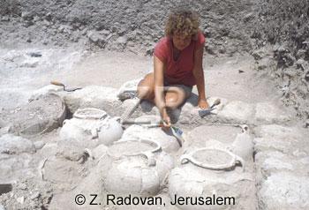 219-1 Excavating pottery